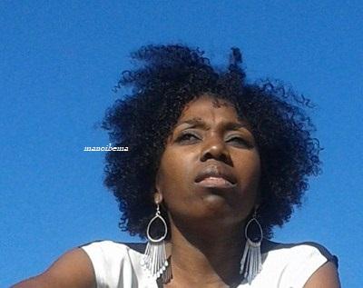 Je frictionne aux fins des cheveu avec lhuile